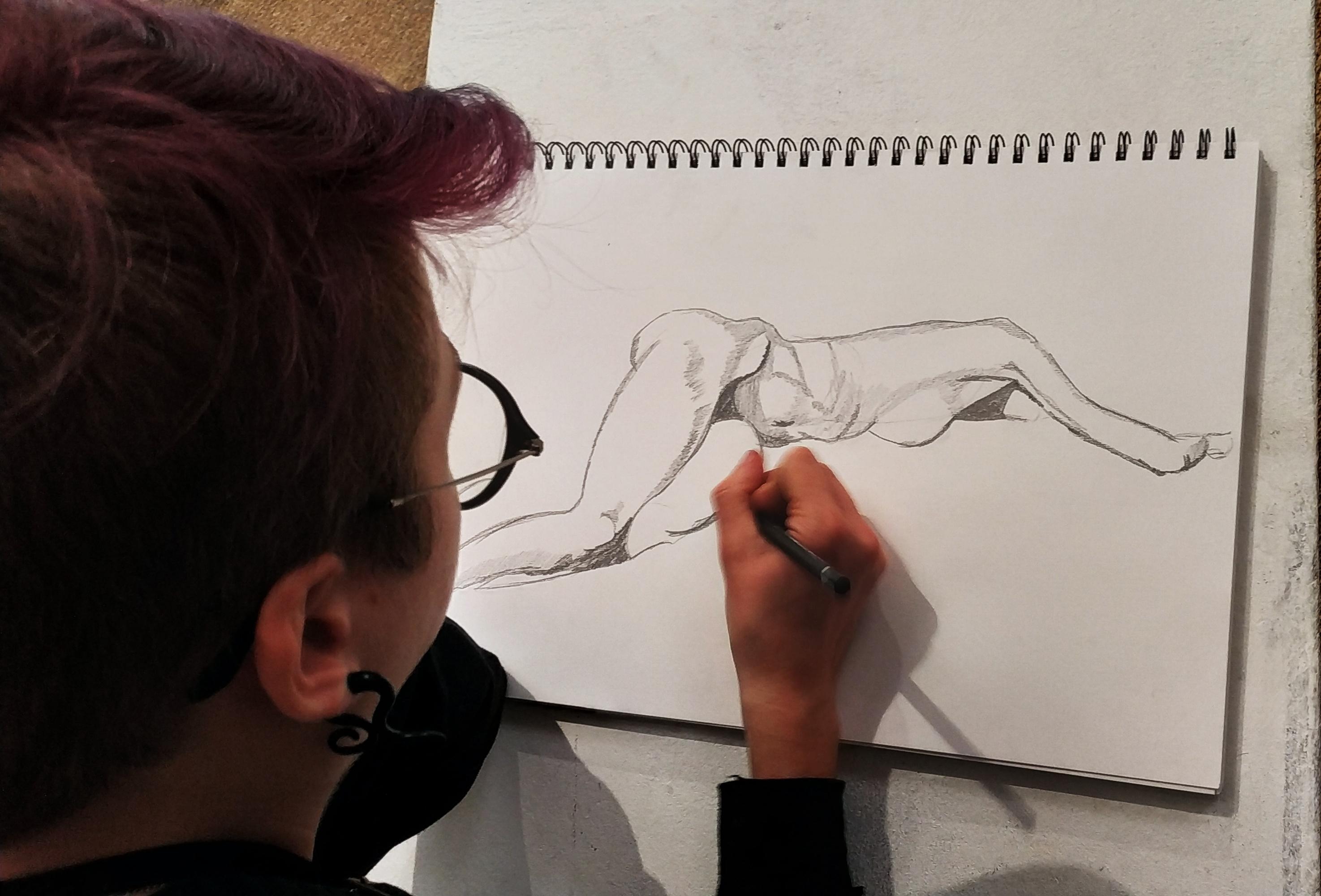 Croquis de nu Femme allong�e graphite  cours de dessin