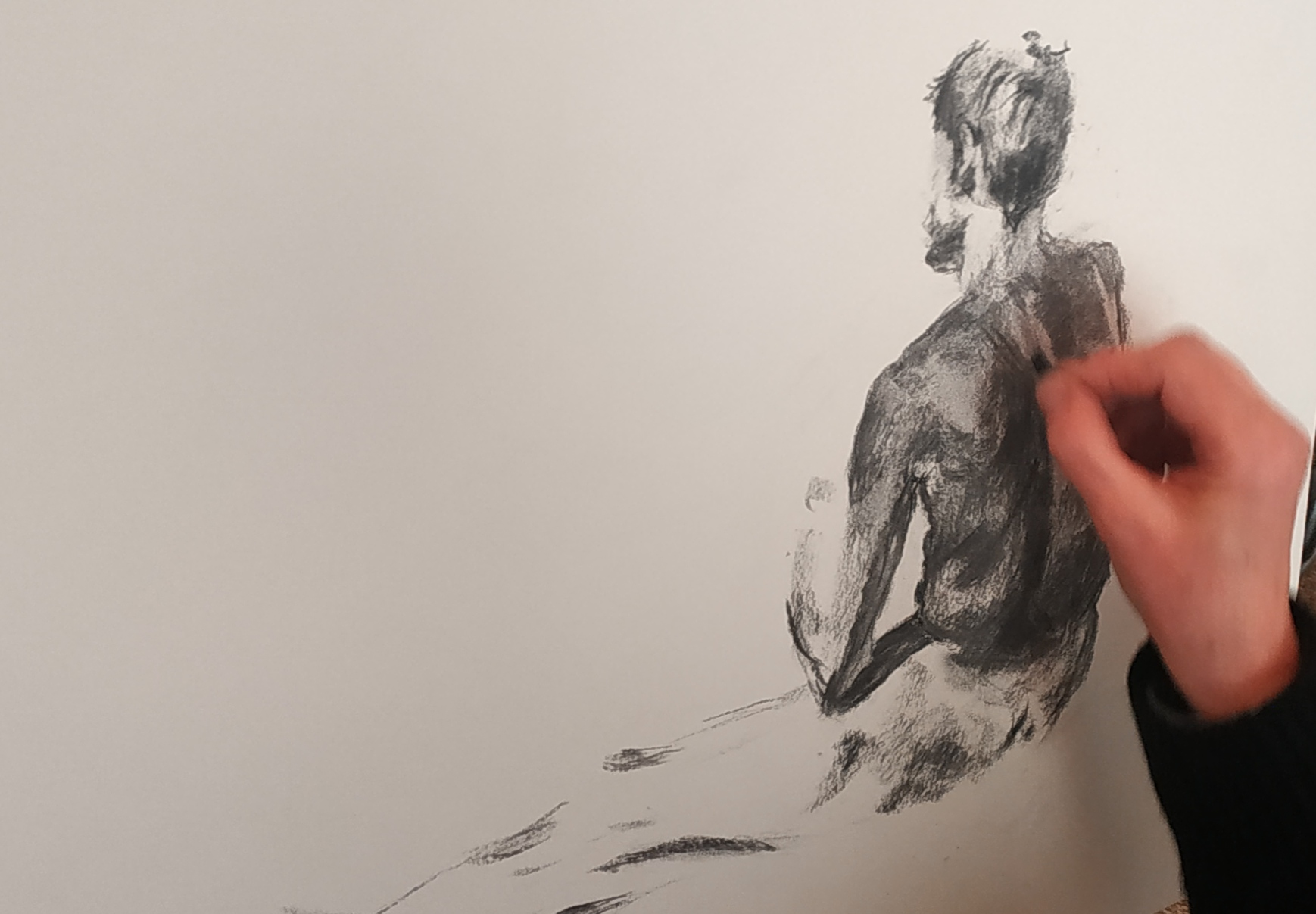 Dessin au fusain modèle vivant homme de dos  cours de dessin