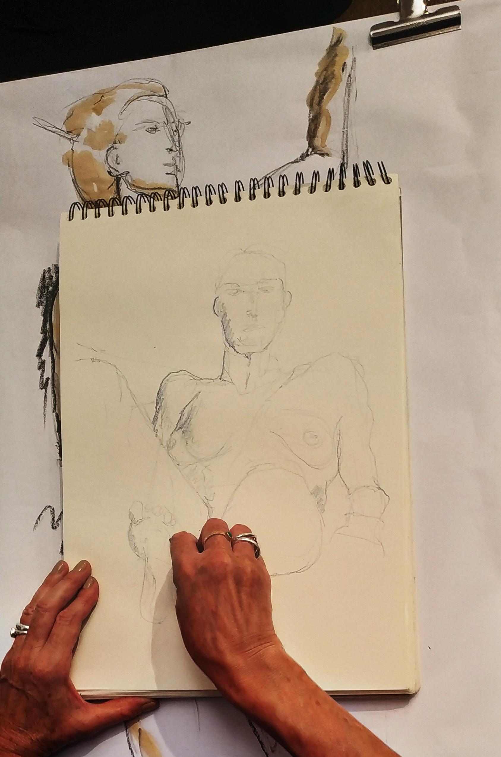 Mod�le vivant allong� raccourci crayon de couleur  cours de dessin