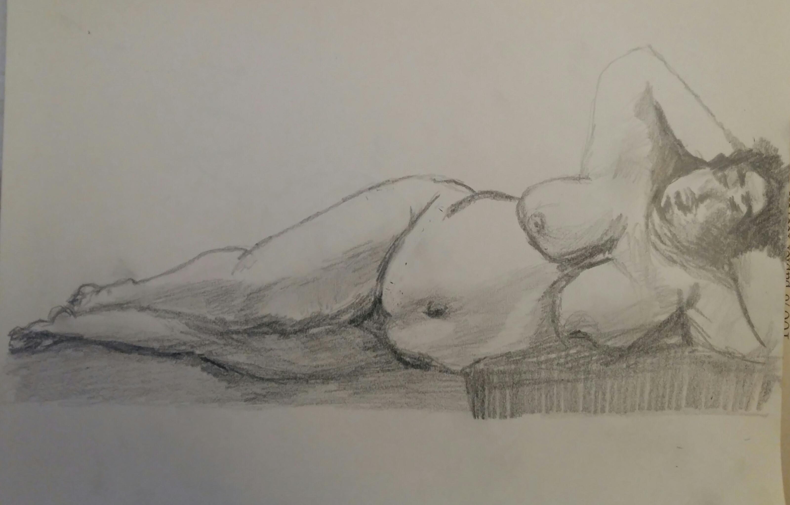 Dessin graphite � la hachure femme allong�e sur papier au crayon de papier  cours de dessin