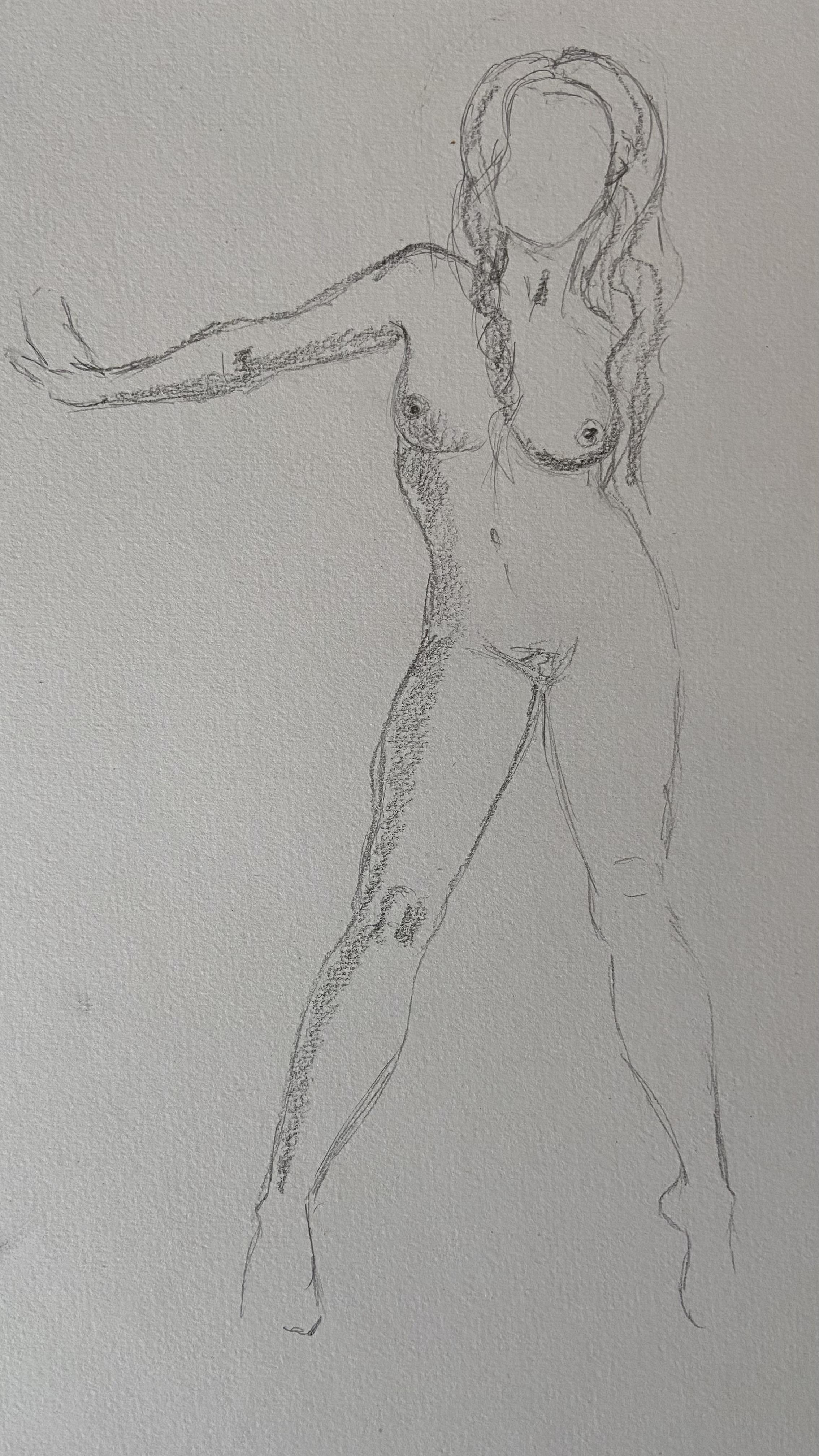 �bauche crayon de papier femme debout face  cours de dessin