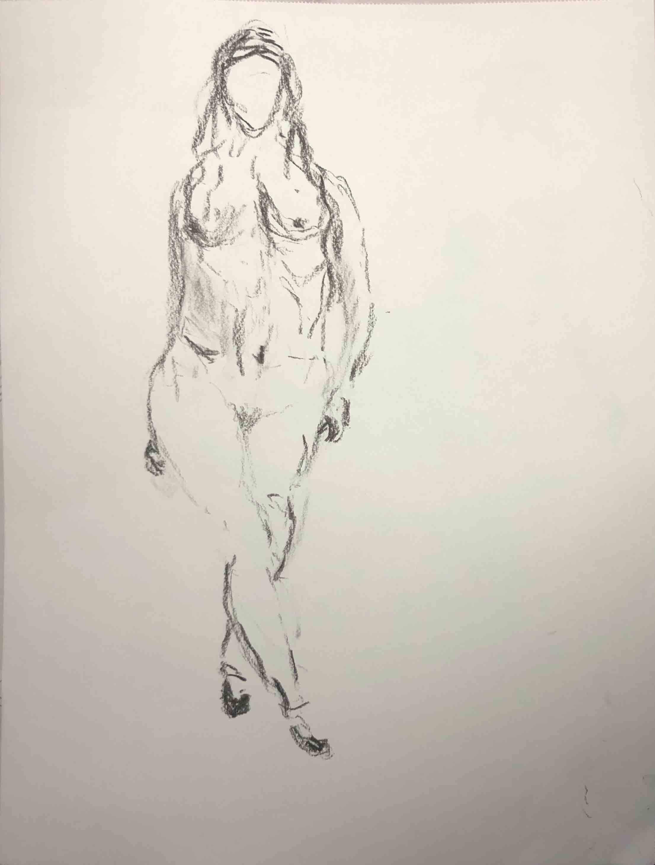 Dessin sur papier au fusain d'une femme de face debout  cours de dessin