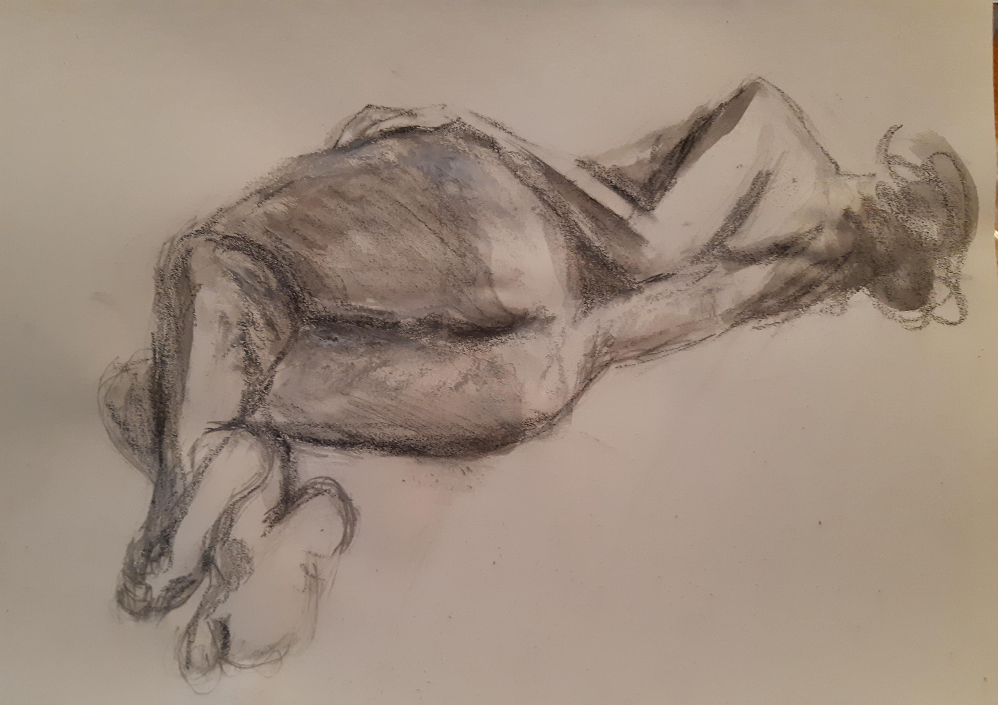 Esquisse rapide femme allongée dos technique mixte fusain aquarelle sur papier  cours de dessin